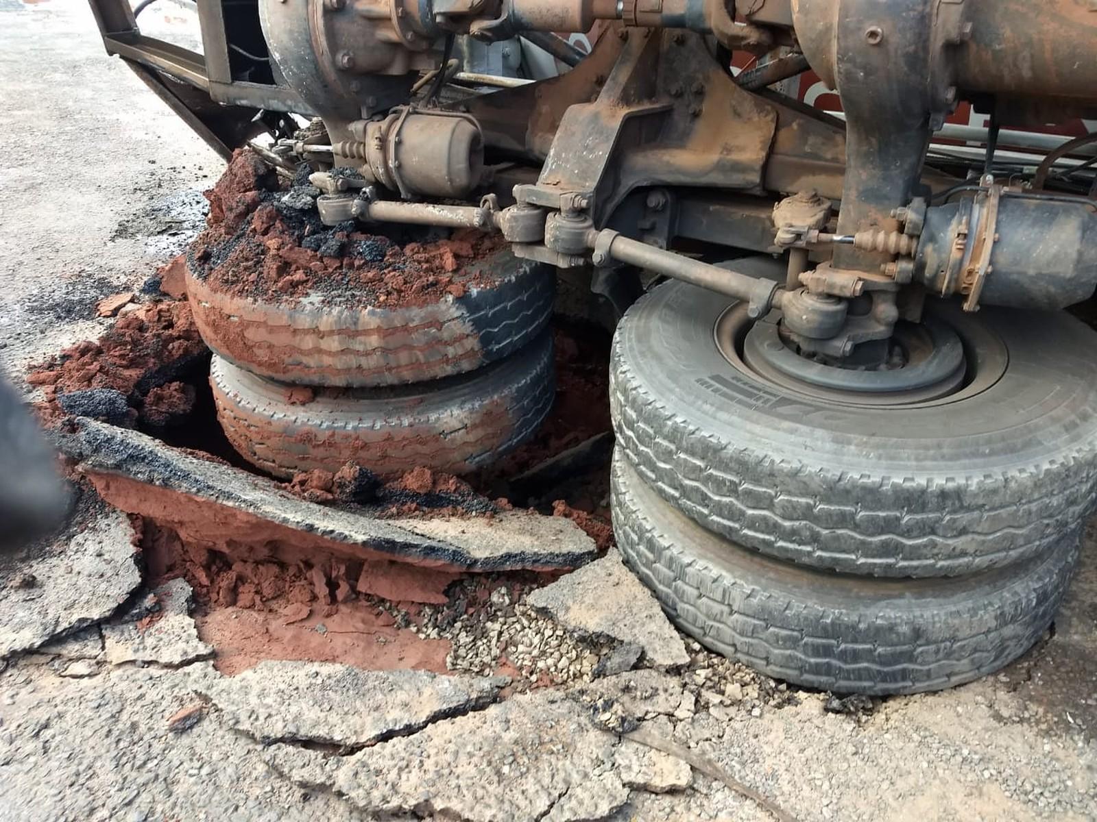 Asfalto cede e caminhão tomba em Paraguaçu Paulista