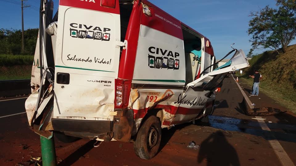Ambulância do Samu capota em rodovia e deixa três socorristas feridos em Assis