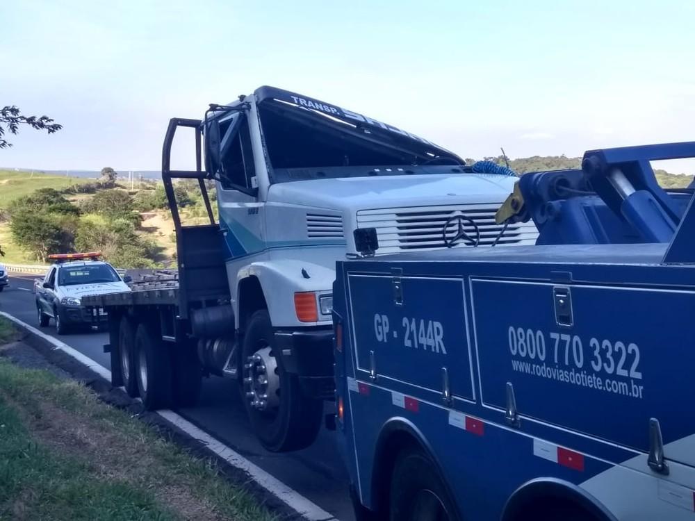 Caminhão com latas de cerveja tomba em serra e moradores tentam saquear parte da carga