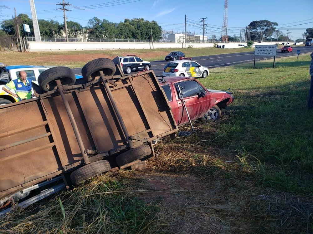 Carro com carretinha acoplada tomba em rodovia de Tupã; quatro pessoas ficam feridas
