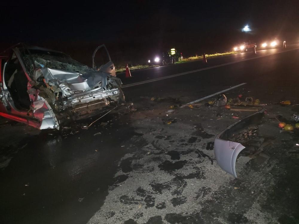Caminhão carregado com manga cruza rodovia e atinge carro em Iacri