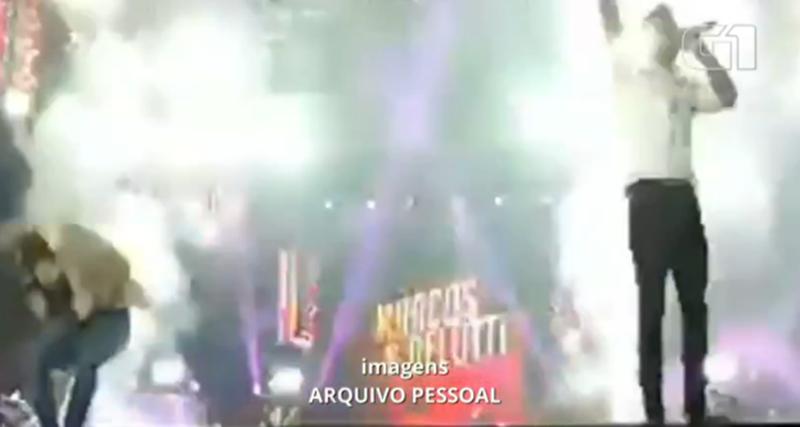 Marcos e Belutti interrompem show após cantor ser atingido por bomba em Ourinhos