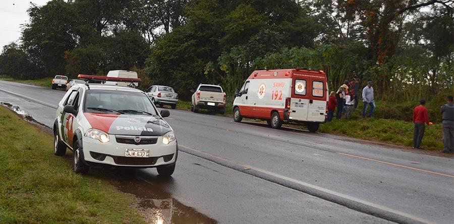 Motorista morre após bater carro em placa de sinalização e capotar em rodovia