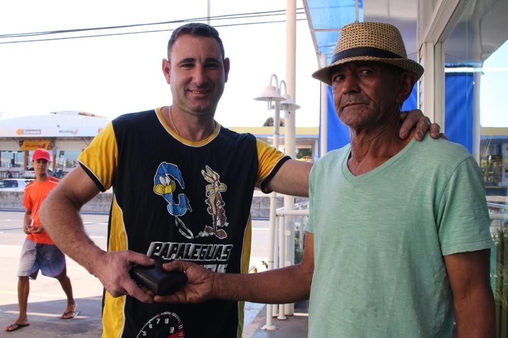 Ajudante acha carteira com R$ 15 mil e devolve para dono: