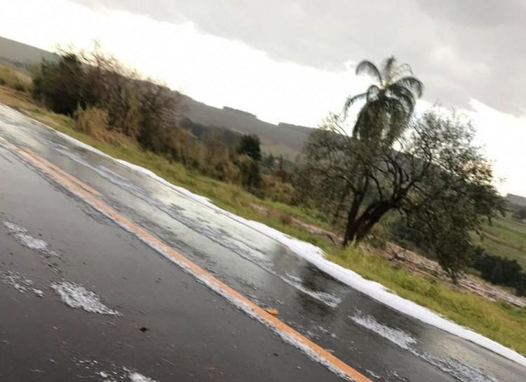 Chuva de granizo cobre vicinal de gelo e chama atenção de motoristas em Santa Cruz do Pardo