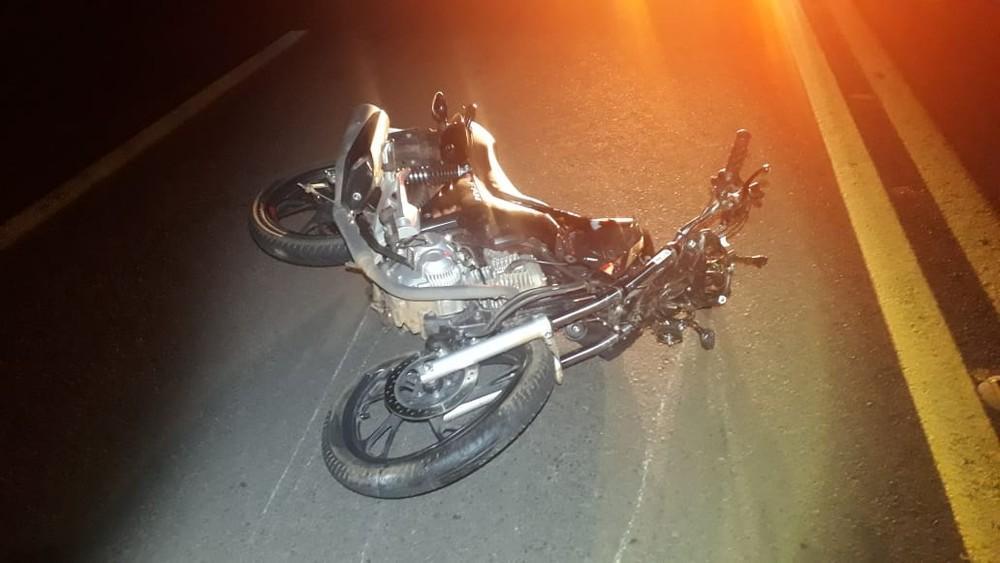 Motociclista e passageira morrem após choque contra carro em rodovia de Bastos
