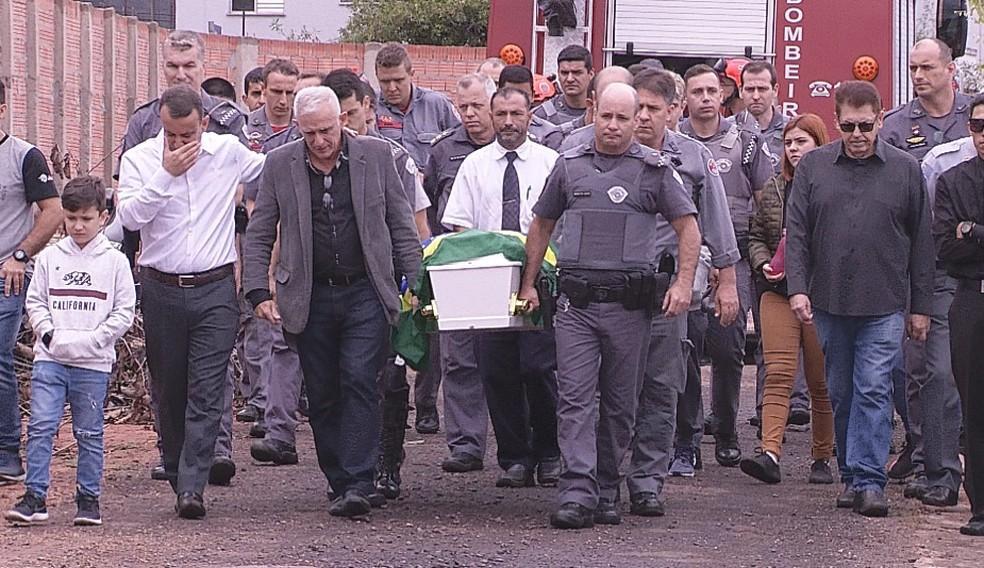 Tenente da PM morto após ajudar vítimas de acidente é enterrado com honrarias militares em Bauru
