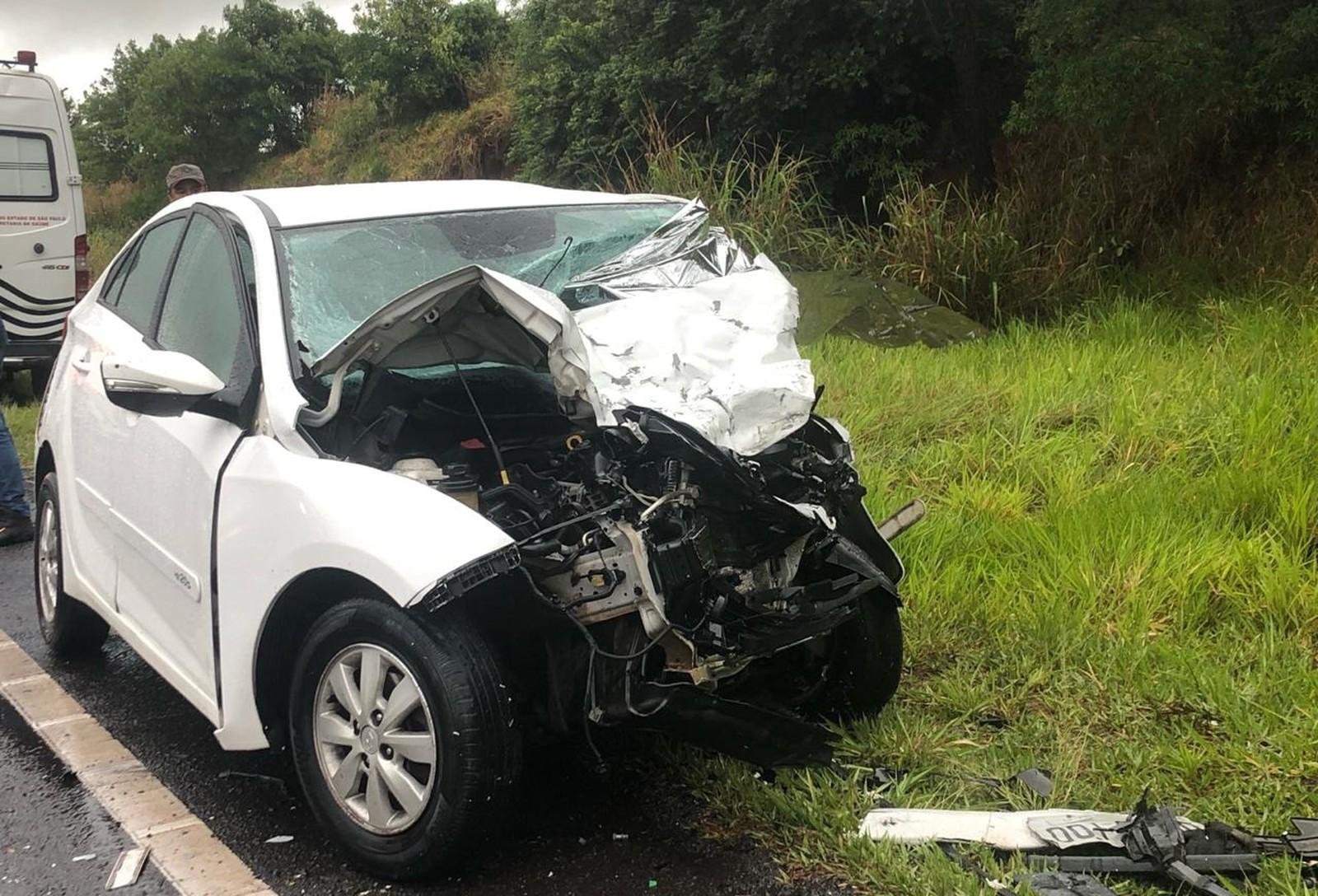 Colisão frontal entre carro e van mata uma pessoa e interrompe tráfego de veículos na Rodovia Homero Severo Lins