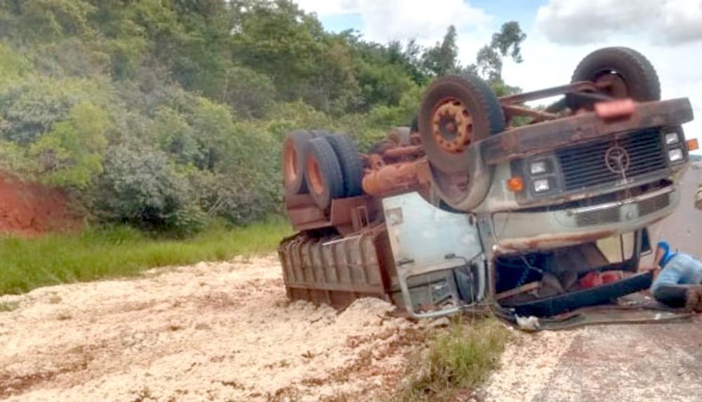 Caminhão carregado com massa de mandioca tomba em estrada municipal de Assis