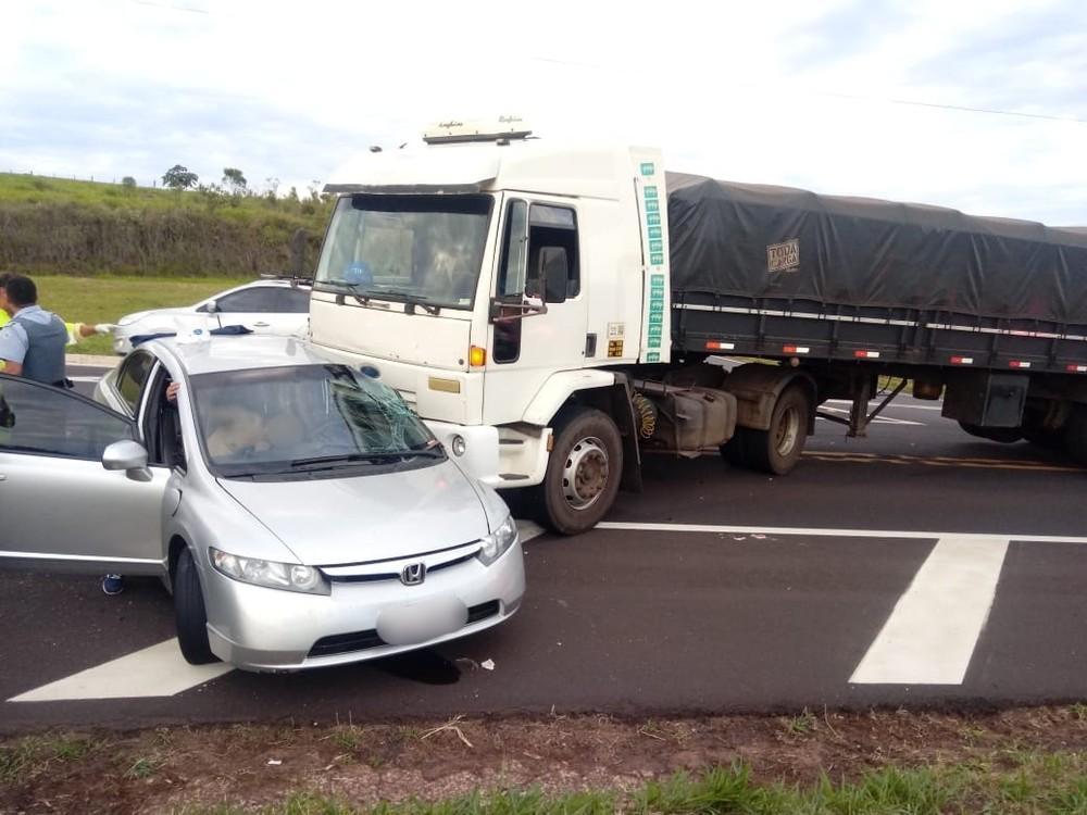 Acidente com carro e caminhão deixa ferido em Oscar Bressane