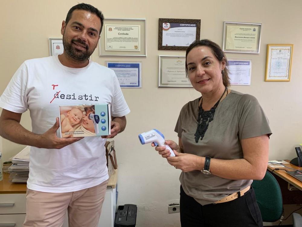 Associação Comercial e Empresarial faz doação de dois termômetros infravermelhos ao departamento de Saúde