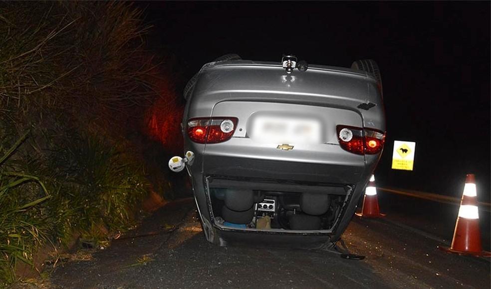 Carro capota após motorista tentar desviar de caixas espalhadas em rodovia de Paraguaçu Paulista