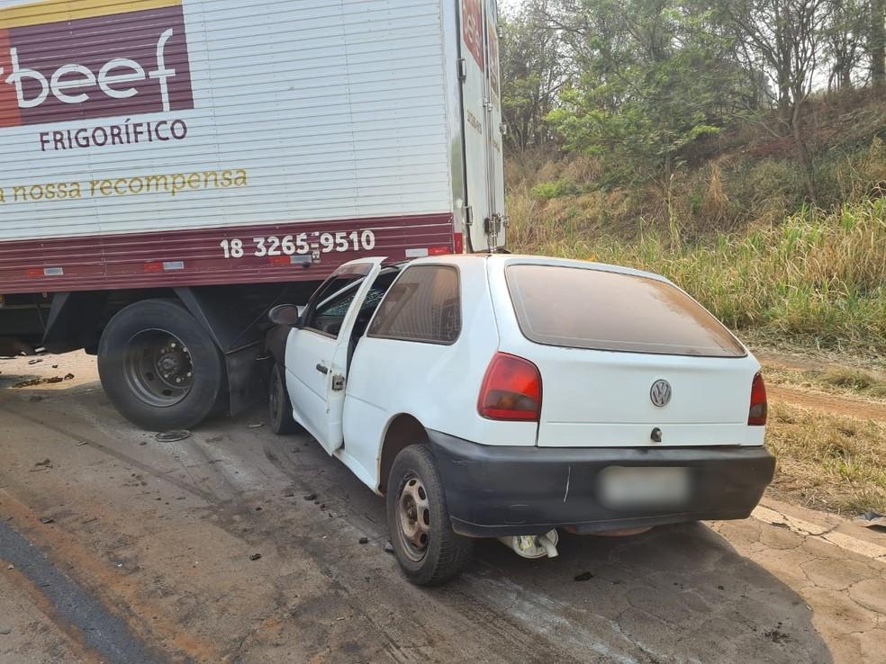 Duas pessoas morrem após colisão frontal entre carro e caminhão em rodovia em Rancharia