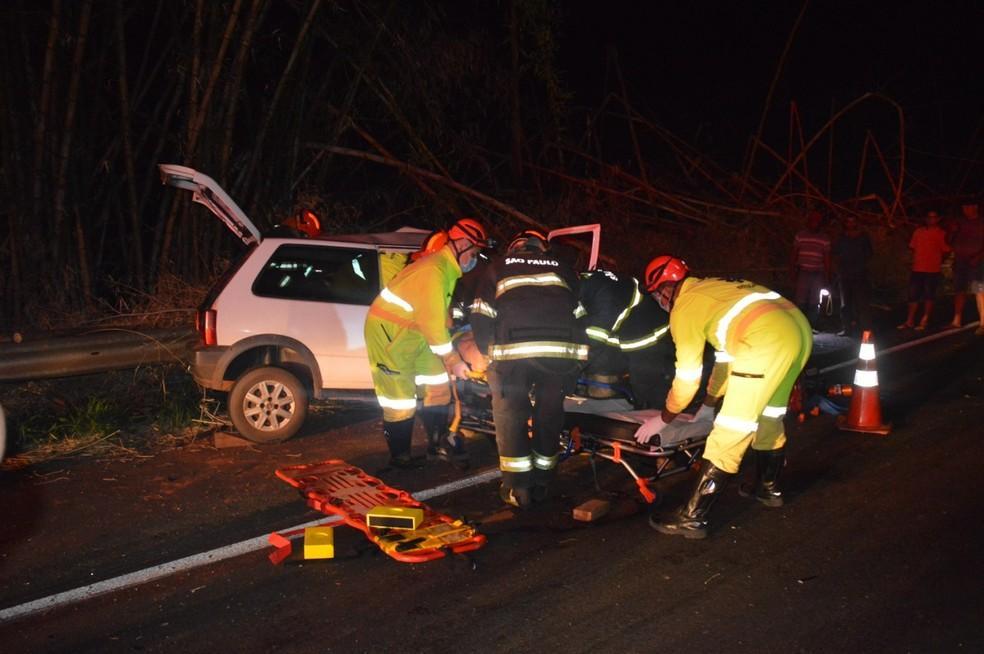Carros batem de frente e deixam feridos em rodovia de Quatá