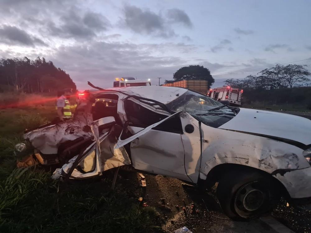 Pai e filho de 3 anos morrem em acidente entre picape e caminhão em rodovia de Quintana