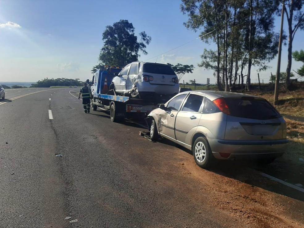 Batida entre três carros deixa feridos em rodovia de Quintana