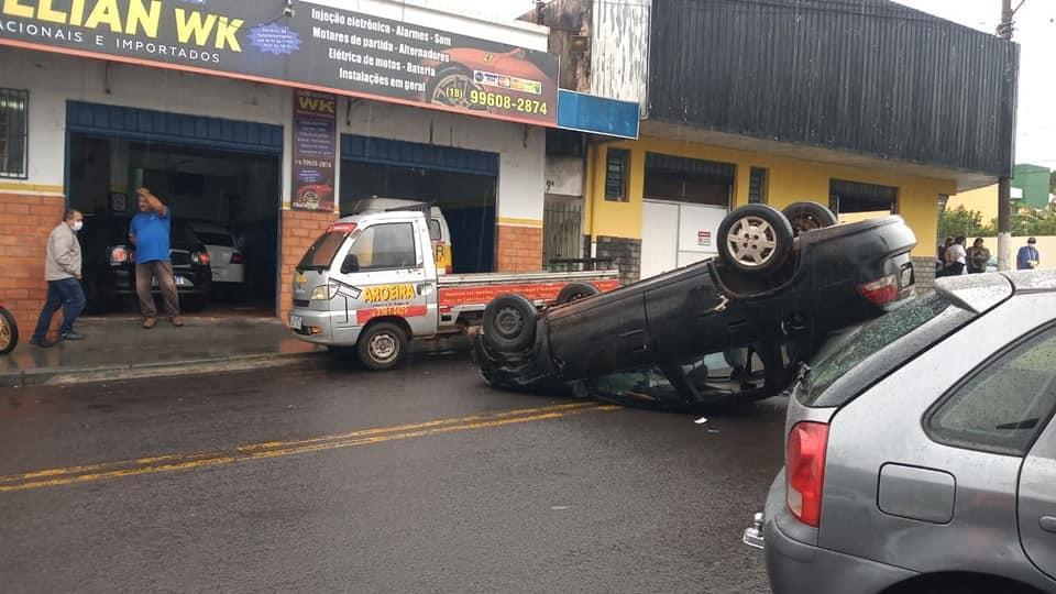 Carro capota em pleno centro de Paraguaçu